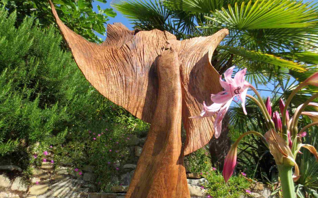 Engel aus Kastanienholz